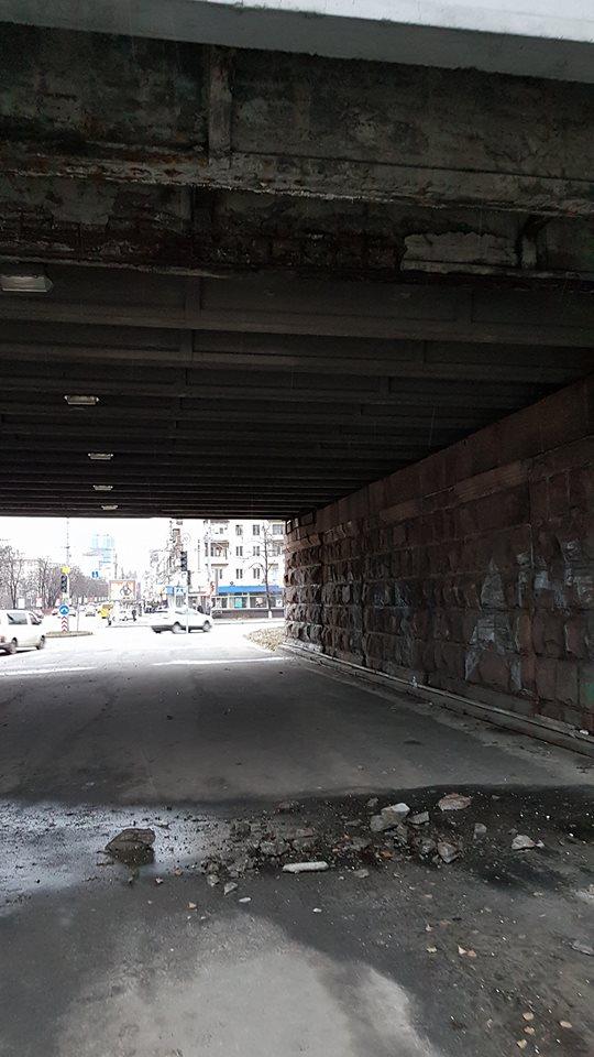 В Киеве с одного из мостов куски бетона падают на тротуар: фото