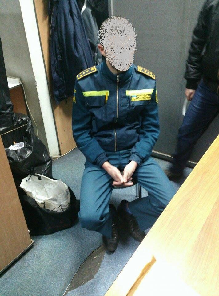 В Борисполе за вымогательство взятки задержан таможенник: фото