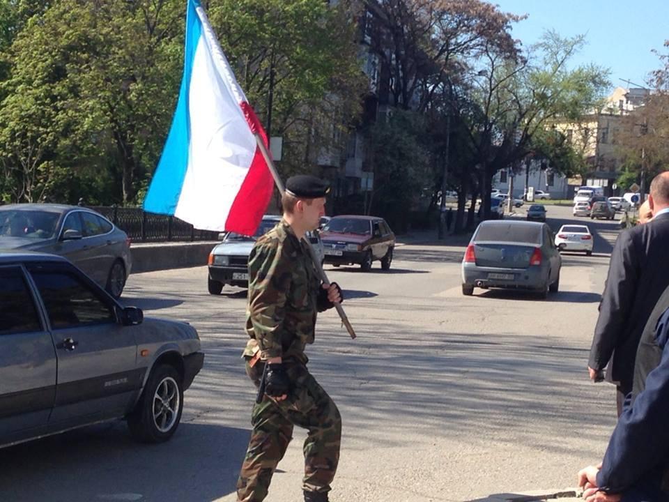 Крымские боевики сняли флаг Украины со здания Меджлиса