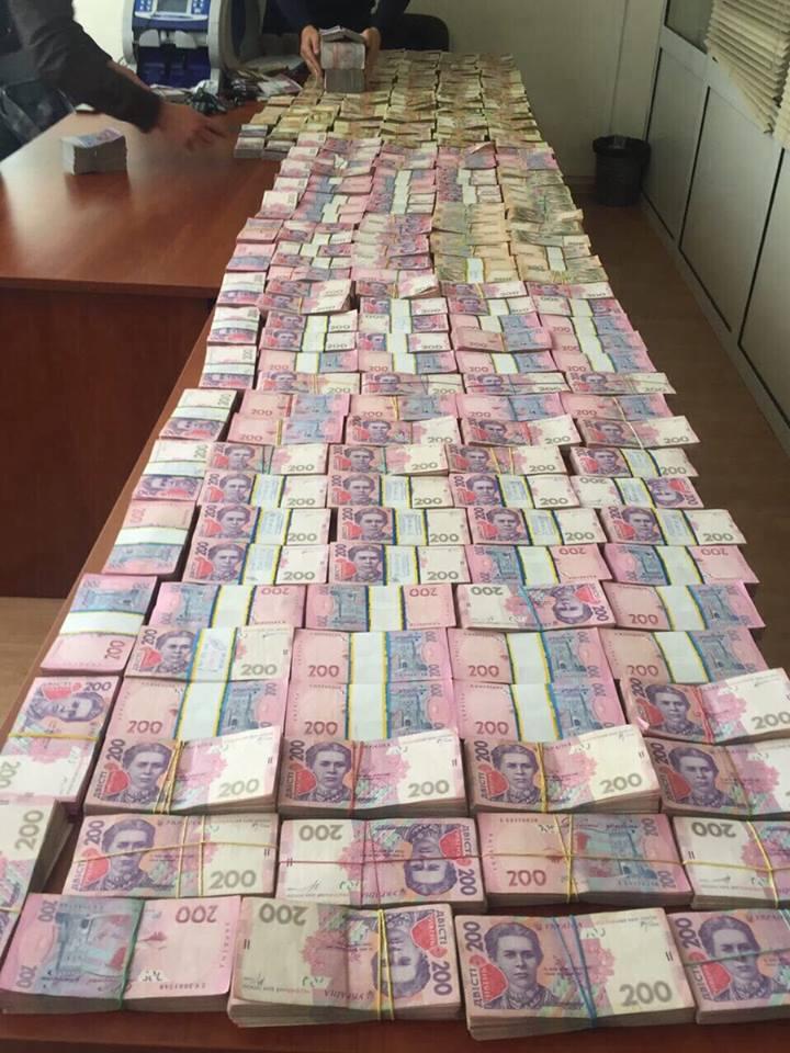 В Киеве в нелегальном валютном центре нашли более 6 млн грн: фото