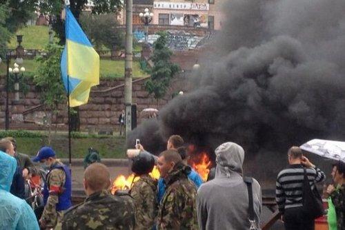 На Майдане подожгли шины в знак протеста против сноса палаток