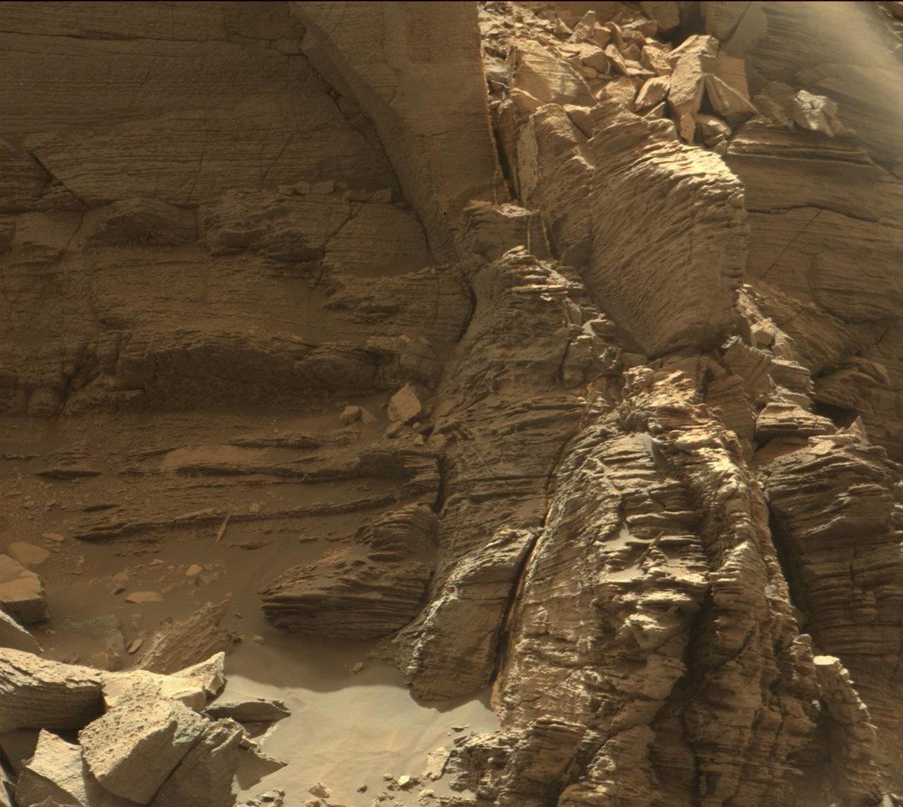 Марсоход Кьюриосити сделал уникальные фотографии марсианских скал