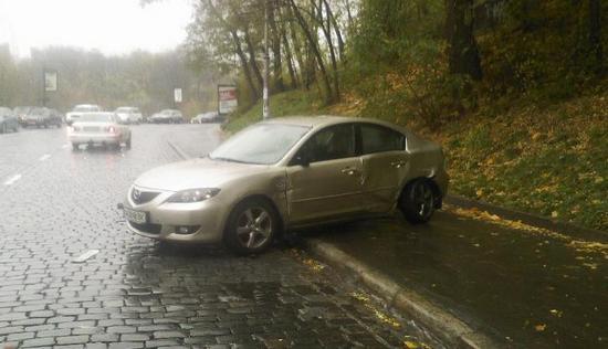 В центре Киева грузовик Нацгвардии протаранил легковушку