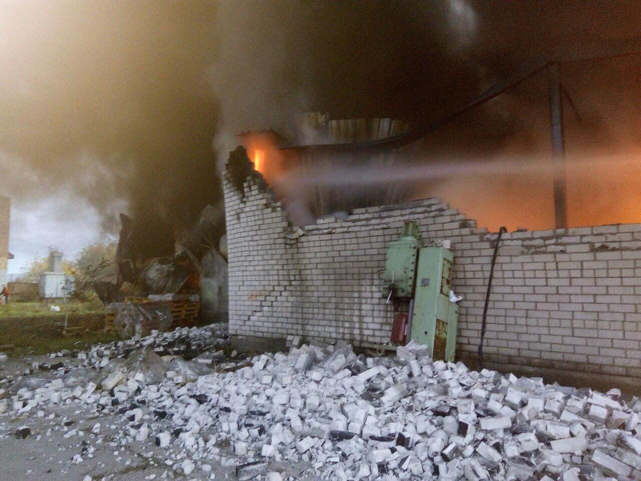 Под Киевом шесть часов тушили пожар в обувном цехе: фото