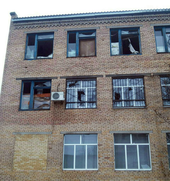 Боевики обстреляли школу в Марьинке: фото