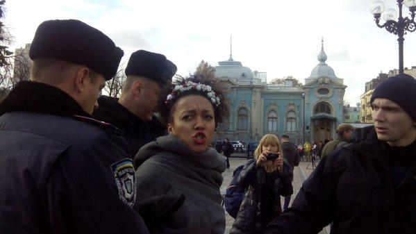 Активісток FEMEN після оголення затримали під стінамиВР