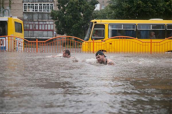 Відео і фото наслідків повені в Луцьку