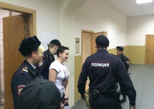 Савченко привезли в суд Москвы под конвоем с собакой