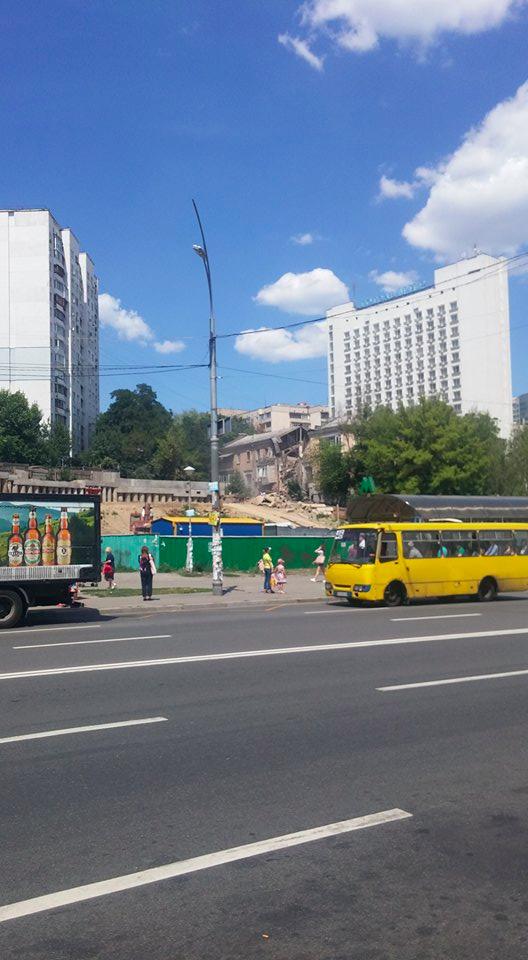 Жители разрушенного дома в Киеве считают, что причина в стройке