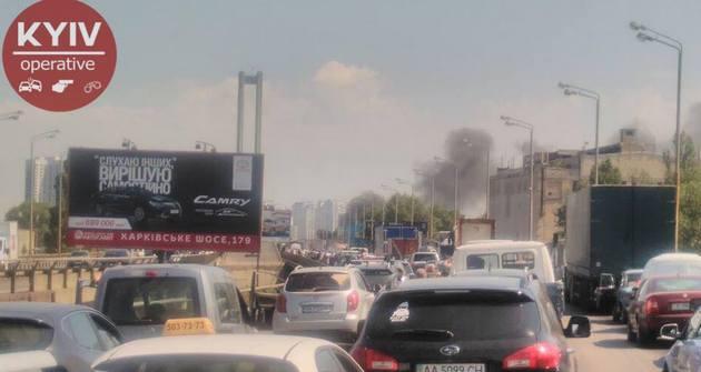 УКиєві стоїть Південний міст через згорілий автомобіль