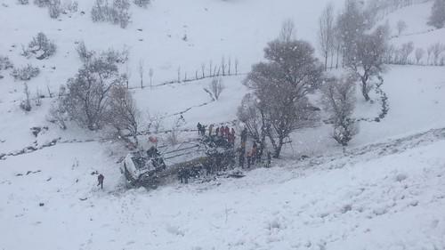В Турции пассажирский автобус упал в замерзший ручей: есть жертвы
