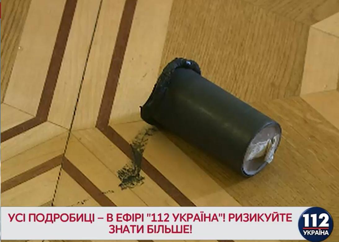 В зале Рады во время голосований по Донбассу зажгли дымовую шашку
