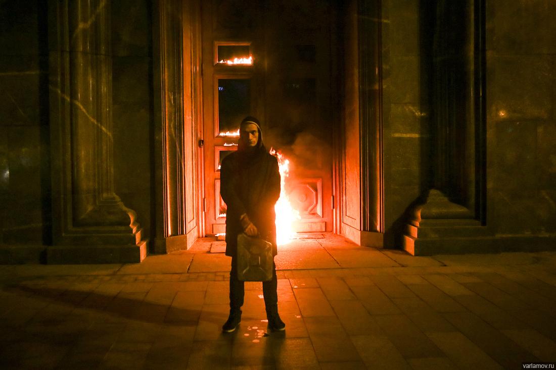 Известный перформансами художник поджег вход в ФСБ: видео