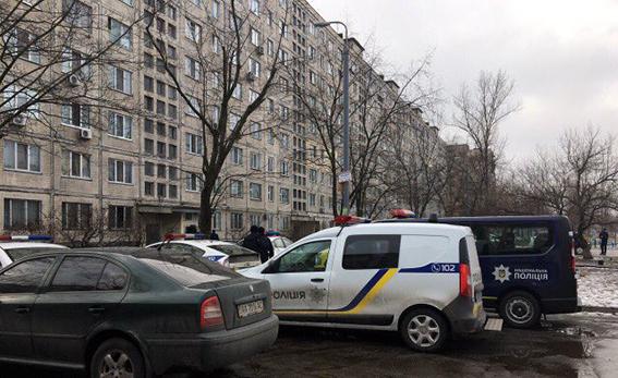 В Киеве полиция открыла огонь по забаррикадировавшемуся мужчине