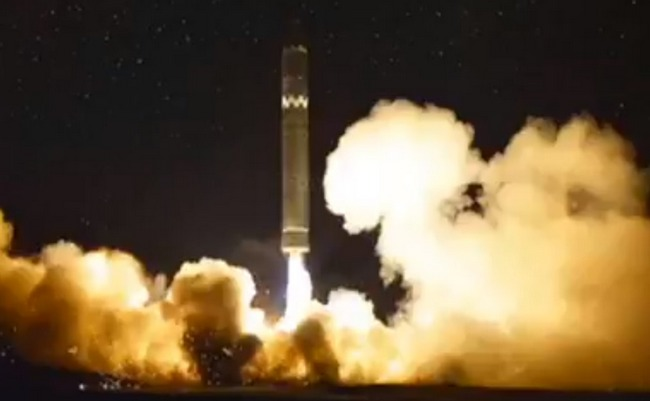 Ким Чен Ын запускает мощную баллистическую ракету: ночное видео
