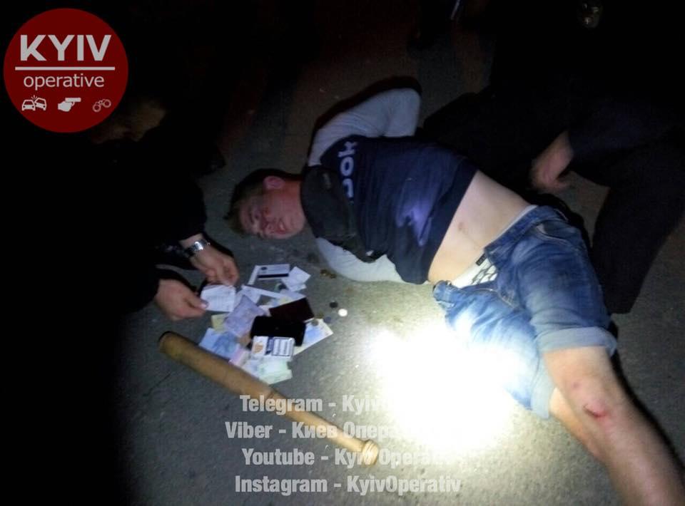 Хулиганы разбивали битами авто возле ж/д-вокзала в Киеве: видео