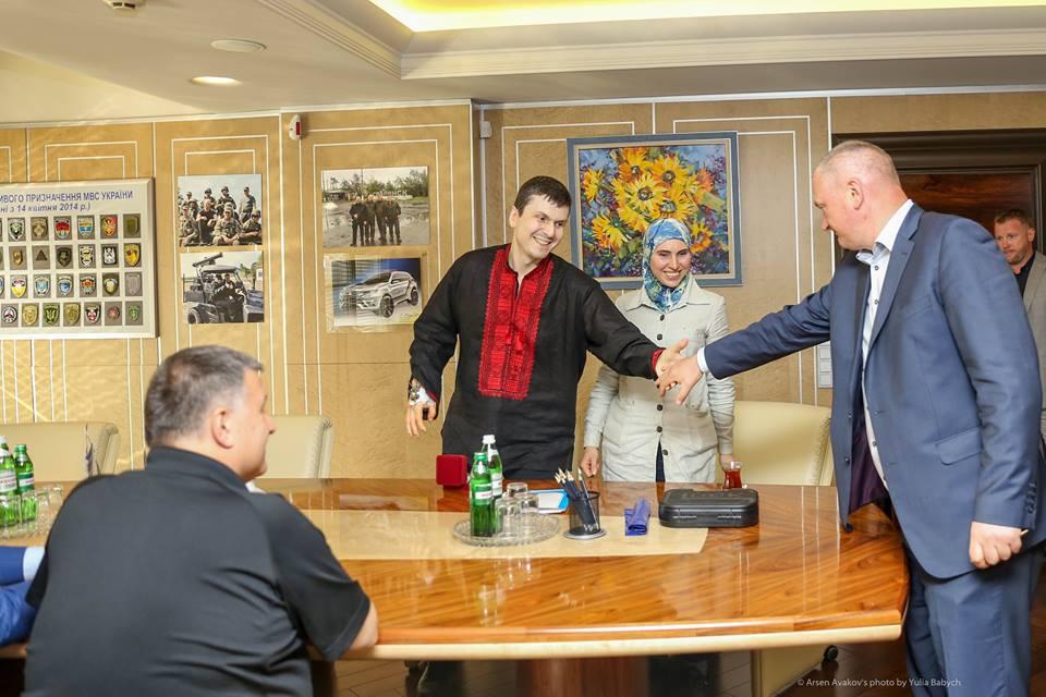 Аваков вручил Окуевой новый пистолет: фото