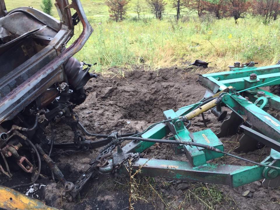 В Гнутово на взрывном устройстве подорвался трактор: двое раненых