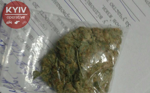 В Киеве мужчина случайно предложил патрульным марихуану: фото