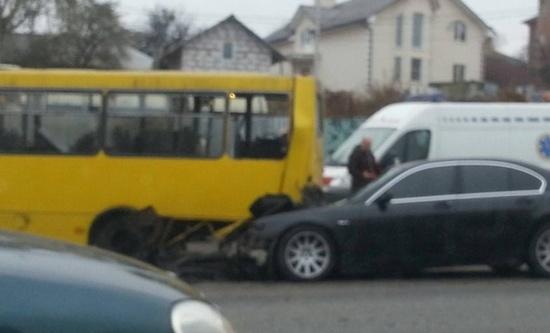 В Киеве BMW протаранила маршрутку, есть пострадавшие