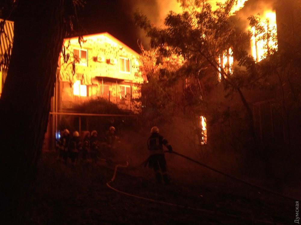 ВОдессе пылает дом отдыха, пожарные гидранты неработают— очередной