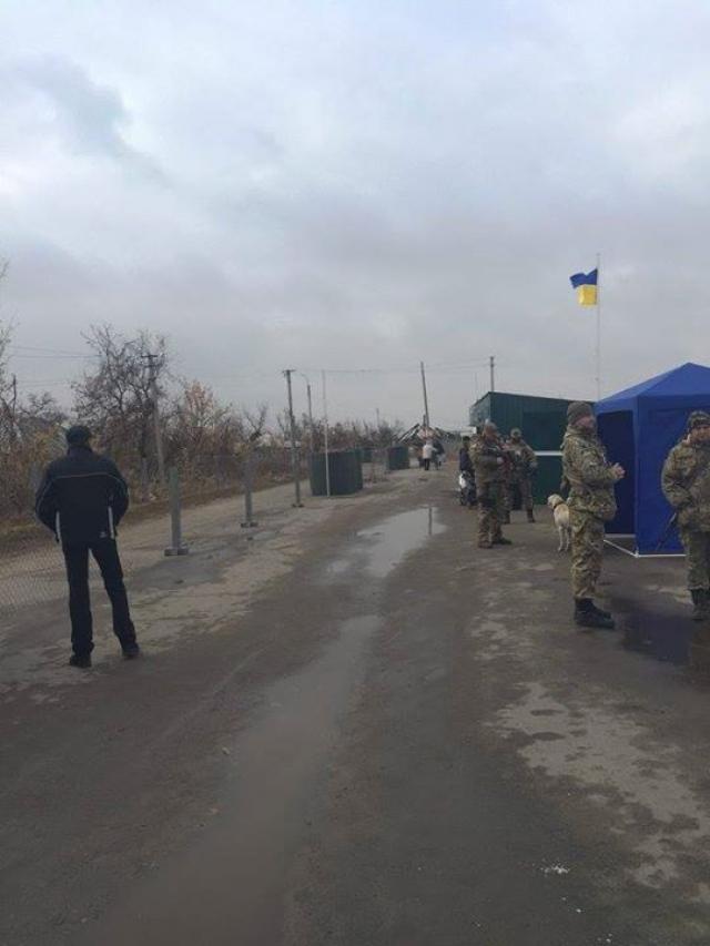 В Станице Луганской через пункт пропуска прошли 330 человек - СМИ