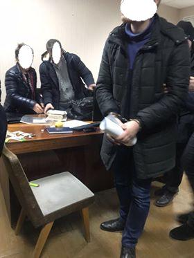Под Киевом следователь и адвокат попались на взятке в $2200: фото