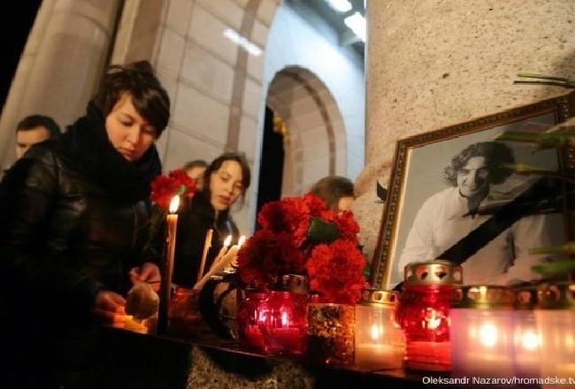 На Майдан вышли сотни людей почтить память Кузьмы Скрябина (фото)