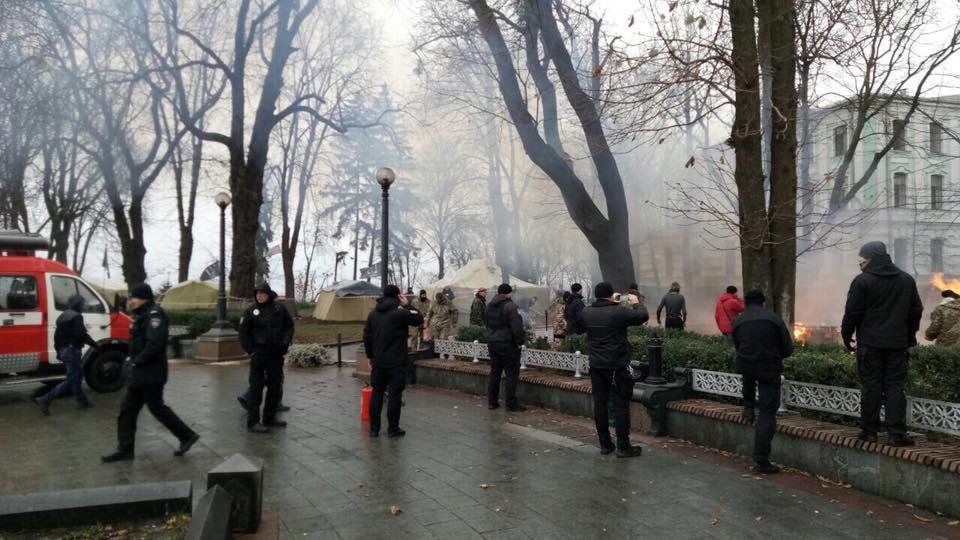 Протест под Радой: в Мариинском парке сгорела палатка
