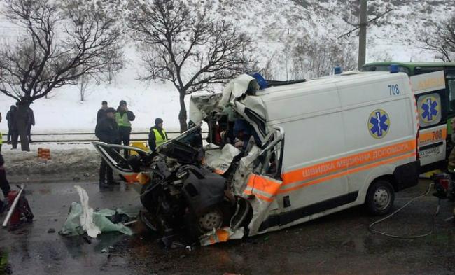 У Харкові в ДТП зіштовхнулися швидка і автобус: є постраждалі