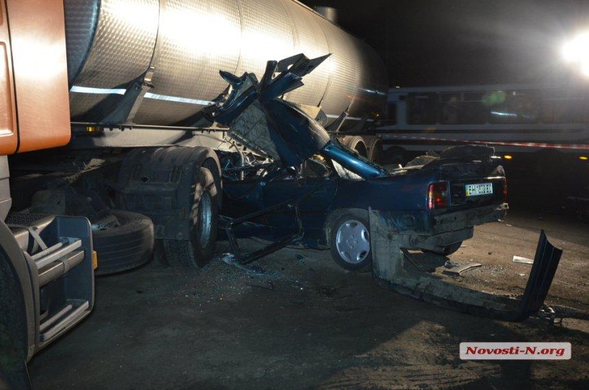 Под Николаевом авто с военными врезалось в грузовик: 3 погибших