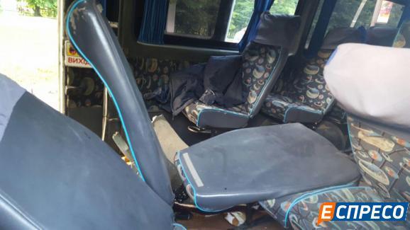 В Киеве маршрутка врезалась в столб, есть пострадавшие: фото