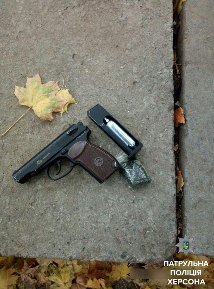 В Херсоне подросток устроил стрельбу на детской площадке: фото