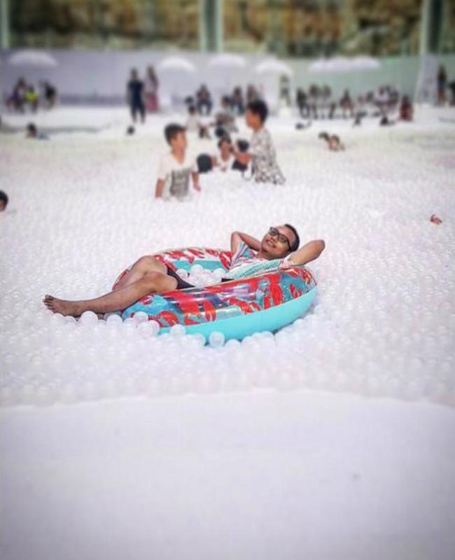 В Сиднее установили пляж с пластиковыми шарами вместо воды: фото
