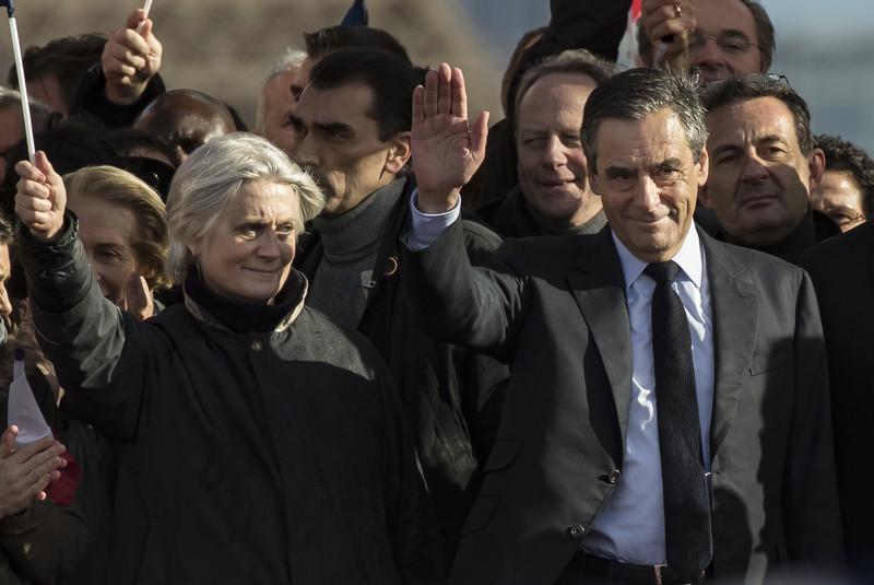 В Париже проходит массовый митинг в поддержку Франсуа Фийона