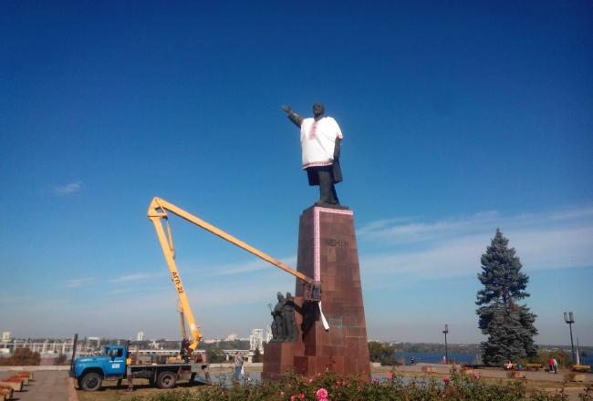 В Запорожье памятник Ленину активисты одели в вышиванку
