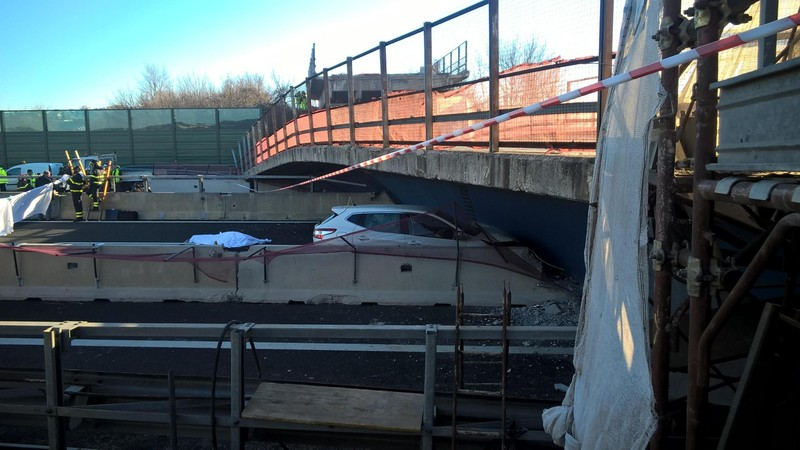 В Италии мост рухнул на автомобиль, есть погибшие: фото