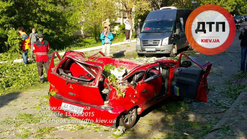 На Подоле в Киеве на автомобиль упал столб: погиб ребенок