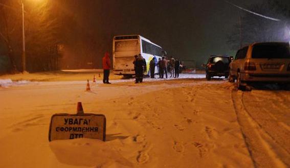Cнегоуборочный КрАЗ влетел в автобус, есть пострадавшие: фото