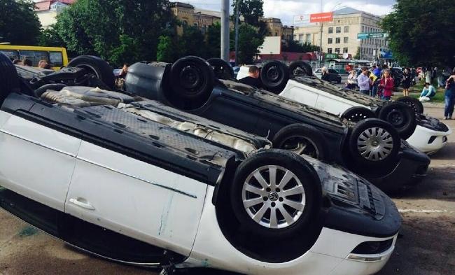 Протестующие перевернули автомобили у посольства РФ в Киеве