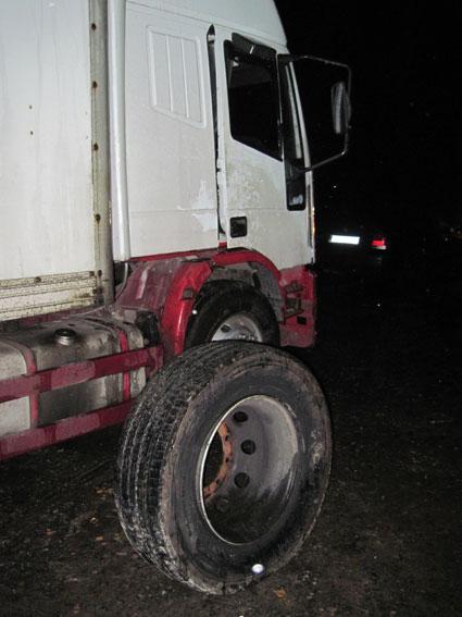 Под Черниговом четверо в масках обстреляли грузовик и украли сейф