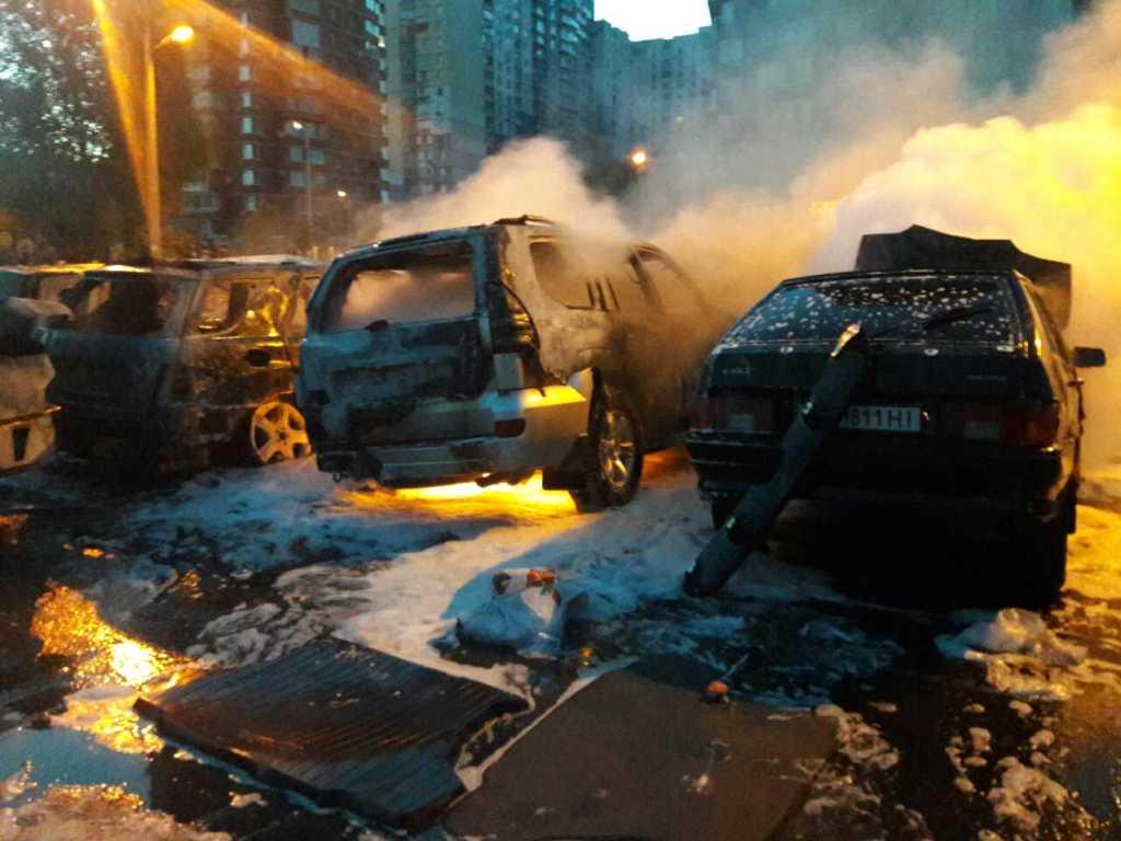 В Киеве на стоянке сгорели 3 автомобиля, 5 повреждены: фото