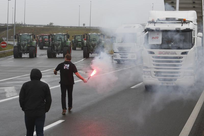 Французы заблокировали шоссе, требуя ускорить демонтаж лагеря беженцев вКале