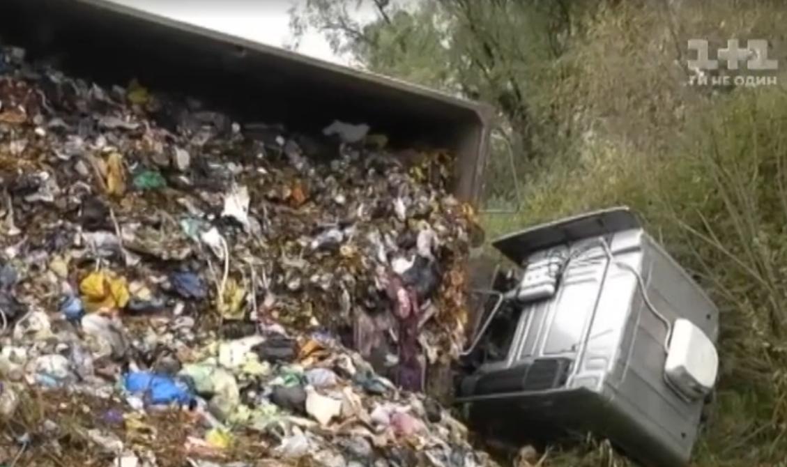 Грузовик с мусором из-под Львова попал в ДТП по дороге в Киев