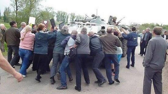 Жители Славянска помогают силовикам и просят скорее их спасти, - боец Нацгвардии - Цензор.НЕТ 8813