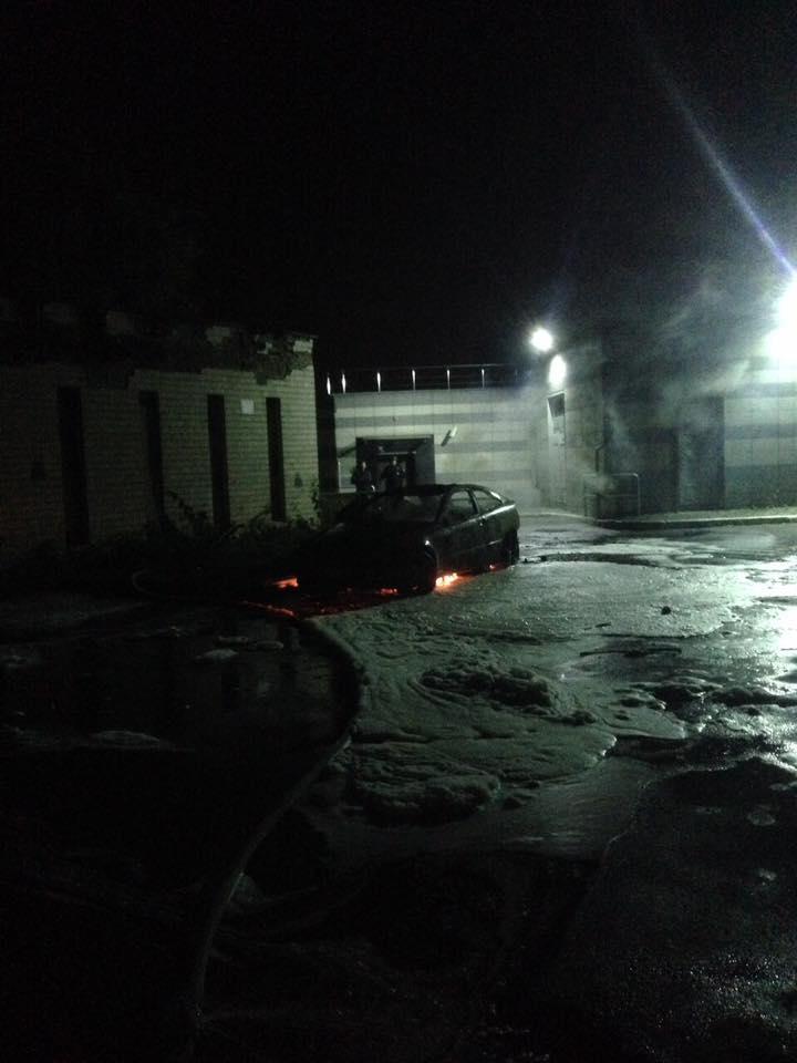 В Киеве сожгли машину жены мэра Глухова Мишеля Терещенко: фото