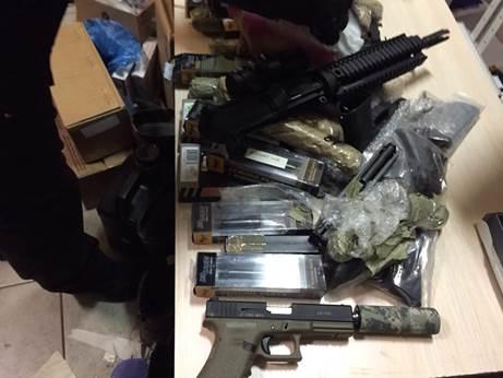 Под Киевом задержаны торговцы оружием с большим арсеналом: фото