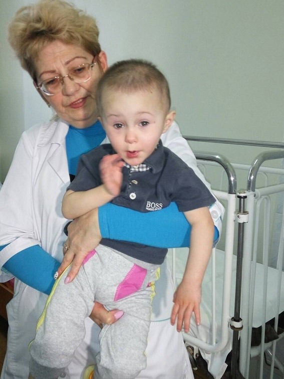 В Киеве будут судить бросившую двух малышей на улице мать: фото