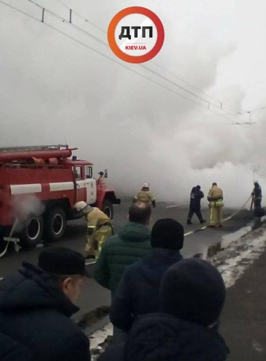 В Киеве произошло масштабное ДТП с пожаром: фото
