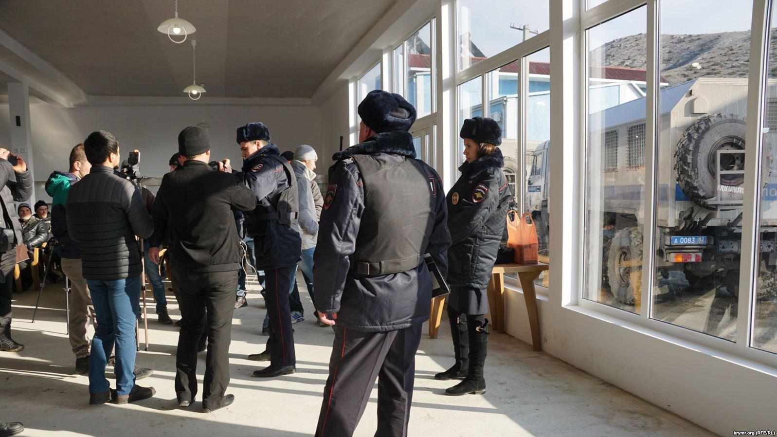 Воккупированном Крыму российский ОМОН явился назаседание «Крымской солидарности»